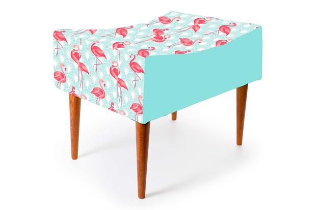 Banqueta com Pés de Madeira Retangular Flamingo 54x45cm Azul E Rosa   - Decorglass